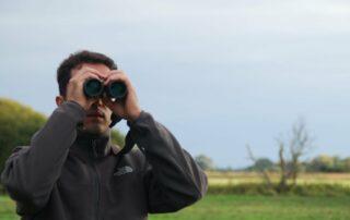 Técnico de la Fundación Artemisan observando aves cinegéticas