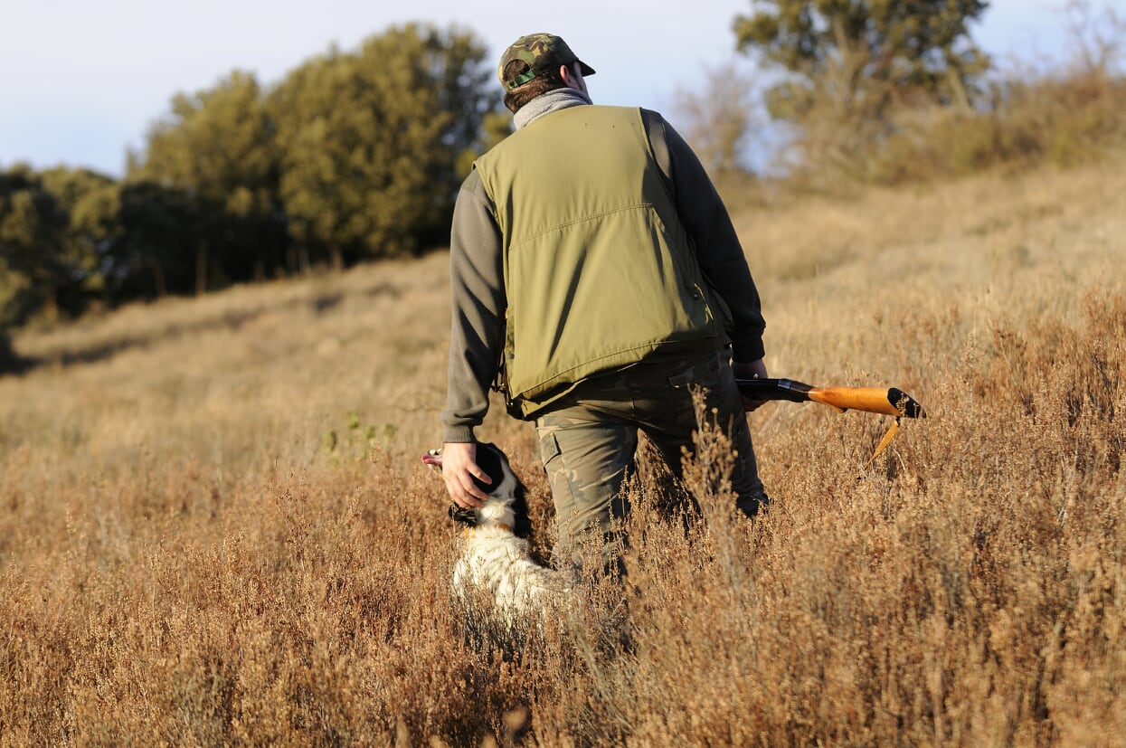 cazador con su perro en el campo. Estado de Alarma Coronavirus