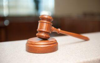 Justicia, mazo de juez, sentencia caza